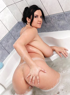 Chubby in Bath Pics